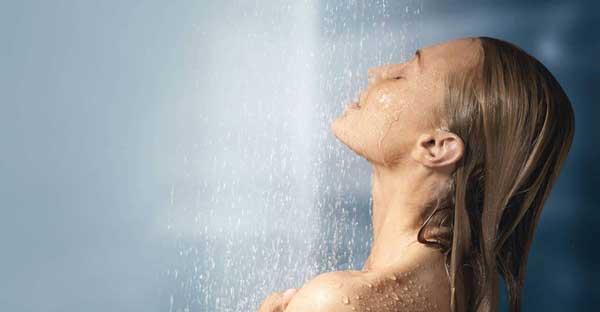 Парни моются в душе в одежде