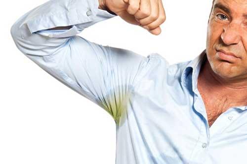 Как отстирать пятна от пота под мышками и на белой одежде