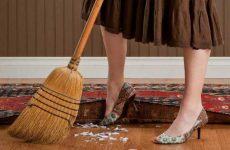 Что значит видеть во сне веник и совок в руках? Мести мусор дома или на улице и все толкования!